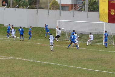 Douglas perde gol em cima da linha, sem goleiro.