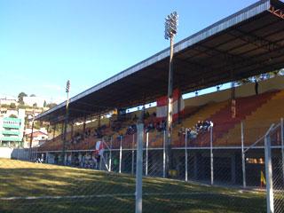 """Estádio Luiz Leoni na abertura do Campeonato. Mais torcedores do Hercílio Luz do que do time """"da casa""""."""
