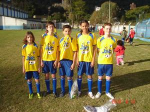 Galera da escolinha, com direito à sósia do Ronaldinho Gaúcho.
